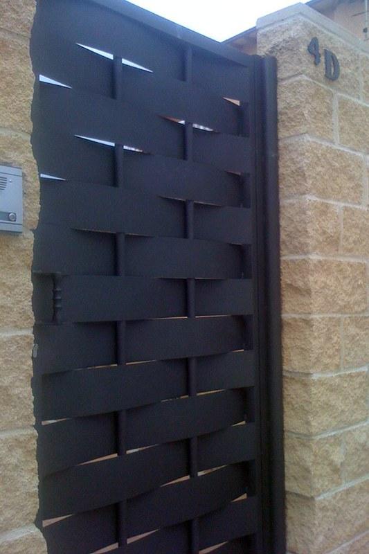 Aluminios Técnicos Cebreros puerta metálica formas