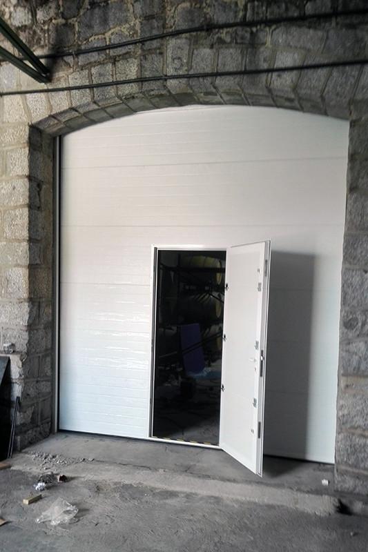 Aluminios Técnicos Cebreros puerta seccional abierta