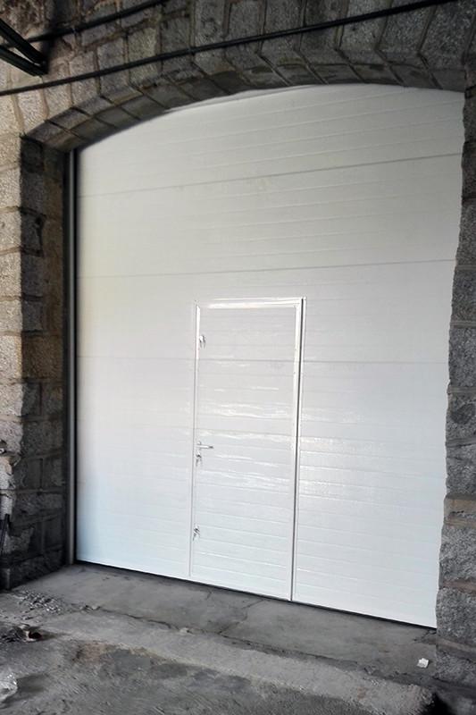 Aluminios Técnicos Cebreros puerta seccional cerrada